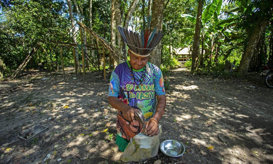 O chefe Leno da tribo Kunaruara faz um remédio natural com infusão de mel em sua aldeia ao lado do rio Tapajós, no município de Santarém, no oeste do estado do Pará Foto: TARSO SARRAF / AFP