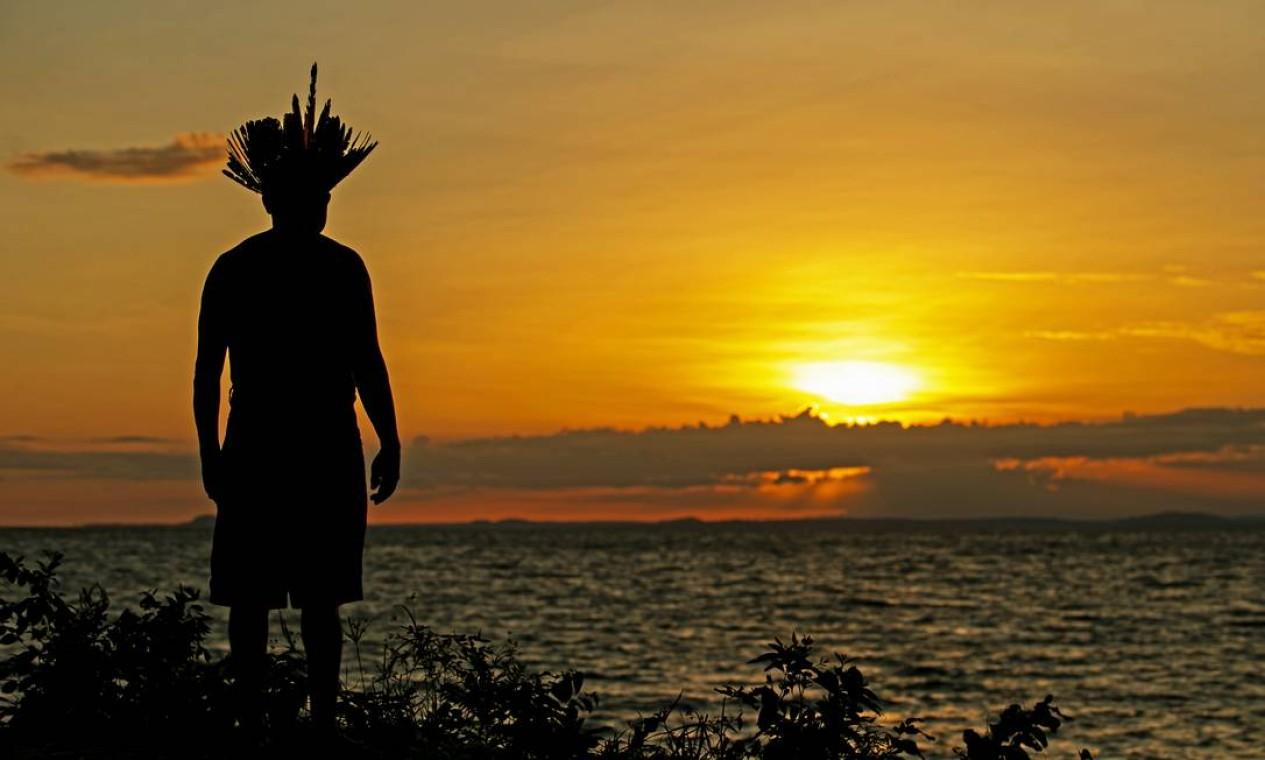 O chefe Leno da tribo Kunaruara assiste ao nascer do sol, ao lado do rio Tapajós, no município de Santarém, no oeste do estado do Pará Foto: TARSO SARRAF / AFP