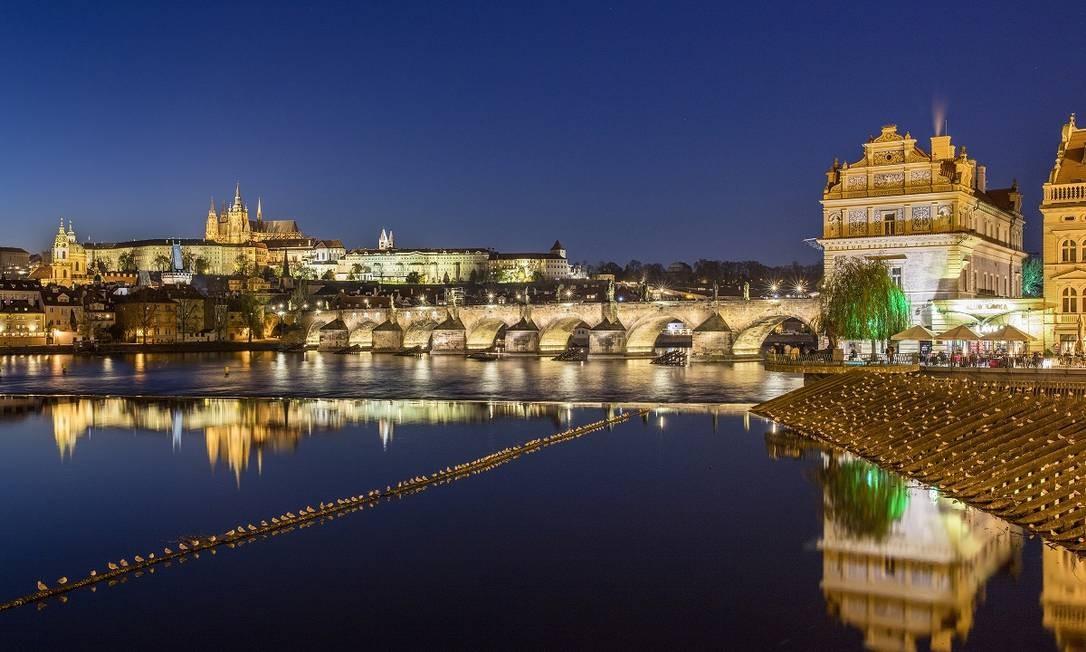 A Ponte Carlos em Praga: a capital da República Tcheca está oferecendo vouchers para que turistas, nacionais ou de países vizinhos, usem na cidade Foto: Andreas Meichsner / The New York Times