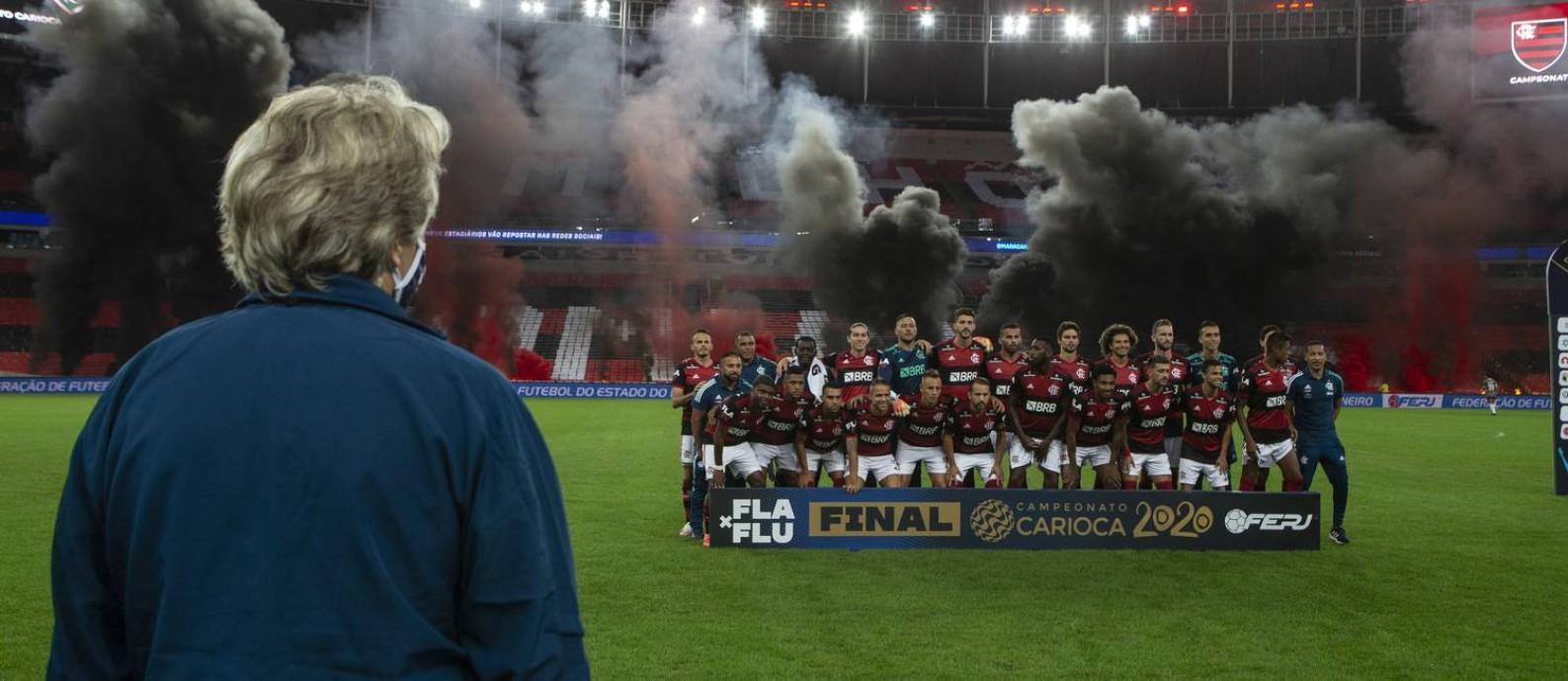 Jorge Jesus observa os jogadores do Flamengo antes da final do Campeonato Carioca: último título do treinador no clube Foto: Alexandre Cassiano / Agência O Globo