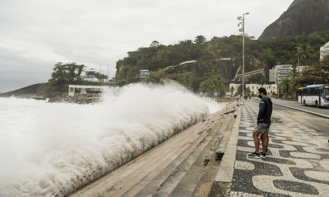 Ondas batem na escadaria de acesso à faixa de areia, no canto direito do Leblon, na Zona Sul do Rio Foto: Gabriel de Paiva / Agência O Globo