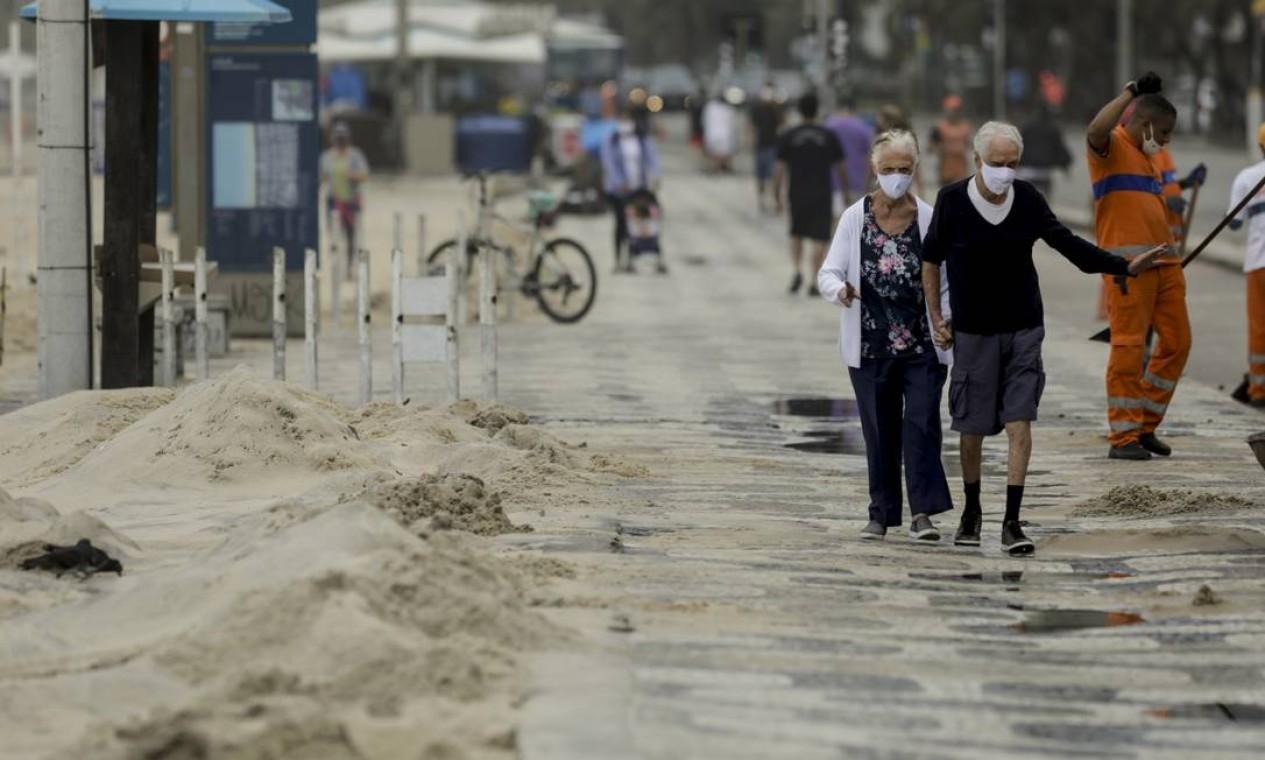 A previsão é de que a partir de domingo as ondas já estejam abaixo de 0,8m na costa Foto: Gabriel de Paiva / Agência O Globo