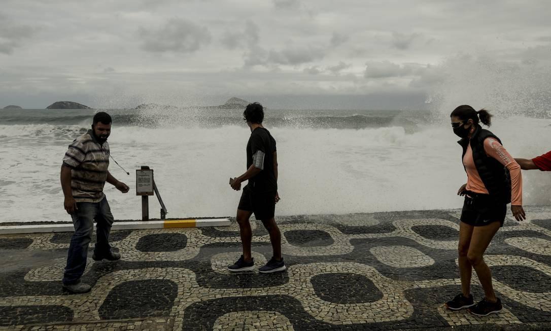 Ressaca está perdendo força e sábado deve ser o último dia de ondas grantes no Leblon Foto: Gabriel de Paiva / Agência O Globo
