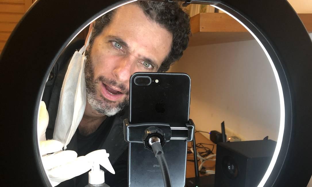 """O ator Mouhamed Harfouch apresenta a peça """"Homem de lata"""" virtualmente, de sua casa Foto: Divulgação / Clarissa Eyer"""