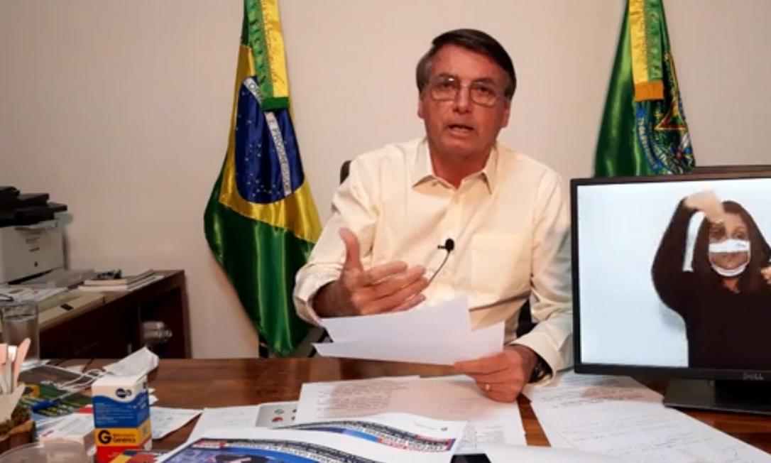 Diagnosticado com novo coronavírus, o presidente Jair Bolsonaro faz live semanal sem a presença de convidados Foto: Reprodução/Facebook