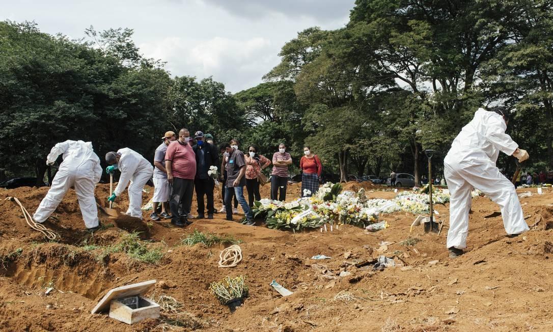 Enterro no Cemitério Público da Vila Formosa, em São Paulo. Foto: Filipe Redondo / Agência O Globo