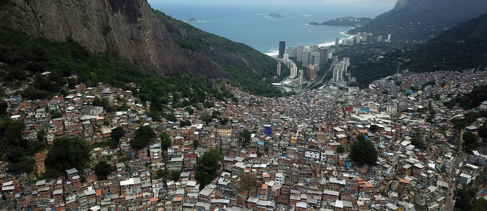 Contraste: de um lado, a Zona Sul carioca, de outro, a favela da Rocinha Foto: Custódio Coimbra / Agência O Globo/16-10-2019
