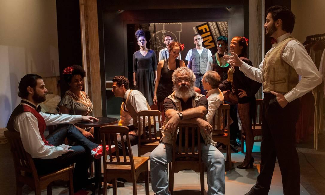 Luiz Fernado Lobo (centro) e o elenco da Cia Ensaio Aberto Foto: Divulgação