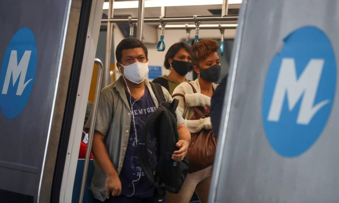 Passageiros de metrô no Rio: microbiologista diz que faltas de política de isolamento social estão por trás de aumento de contágios por coronavírus no país Foto: PILAR OLIVARES/REUTERS/16-7-2020