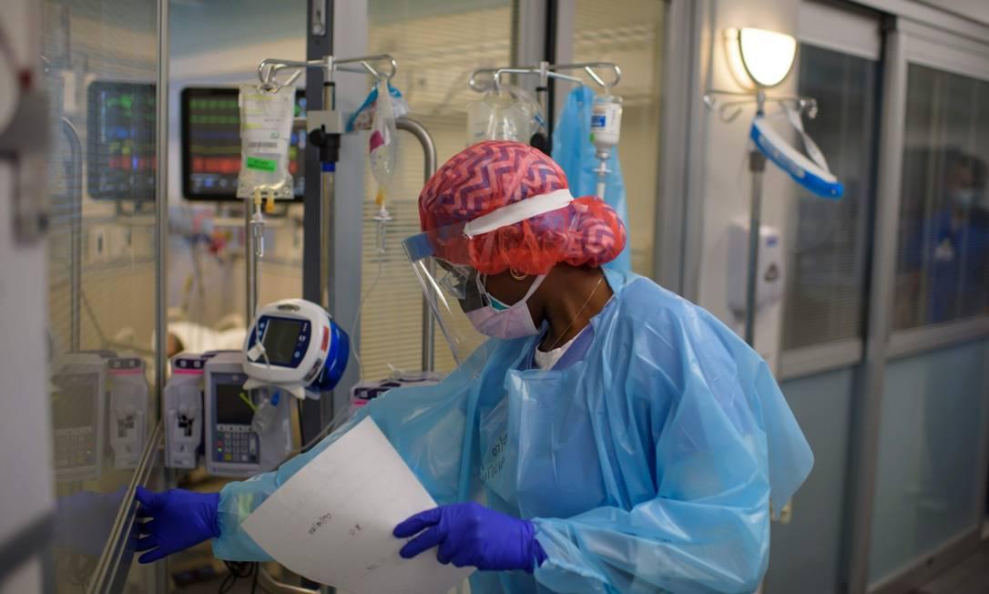 No Texas, a terapeuta respiratória Niticia Mpanga checa um paciente de Covid-19 Foto: MARK FELIX / AFP/15-7-2020