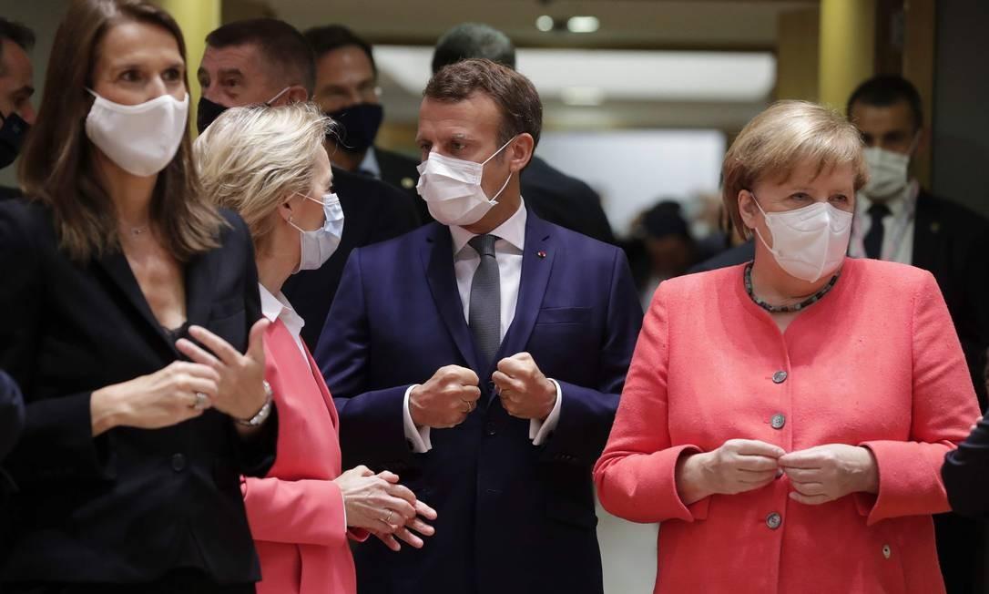 A premier belga Sophie Wilmes, a presidente da Comissão Europeia, Ursula von der Leyen, Macron e Merkel no início da primeira cúpula europeia pós-pandemia Foto: STEPHANIE LECOCQ / AFP