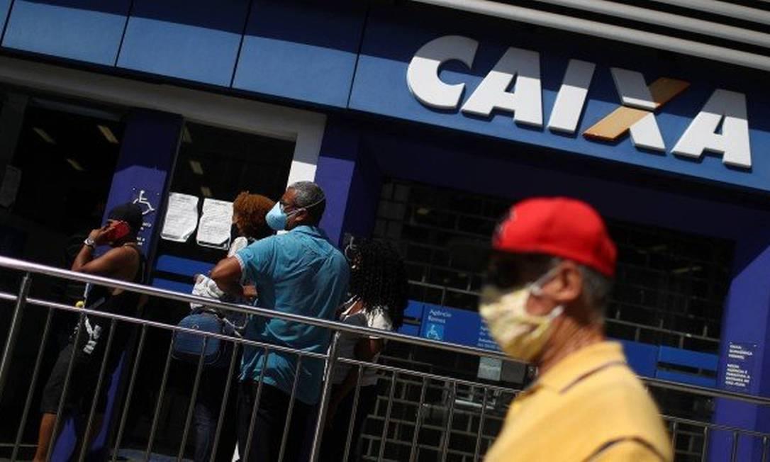 Fila na Caixa econômica para receber o benefício de R$ 600,00 Foto: PILAR OLIVARES / Agência O Globo