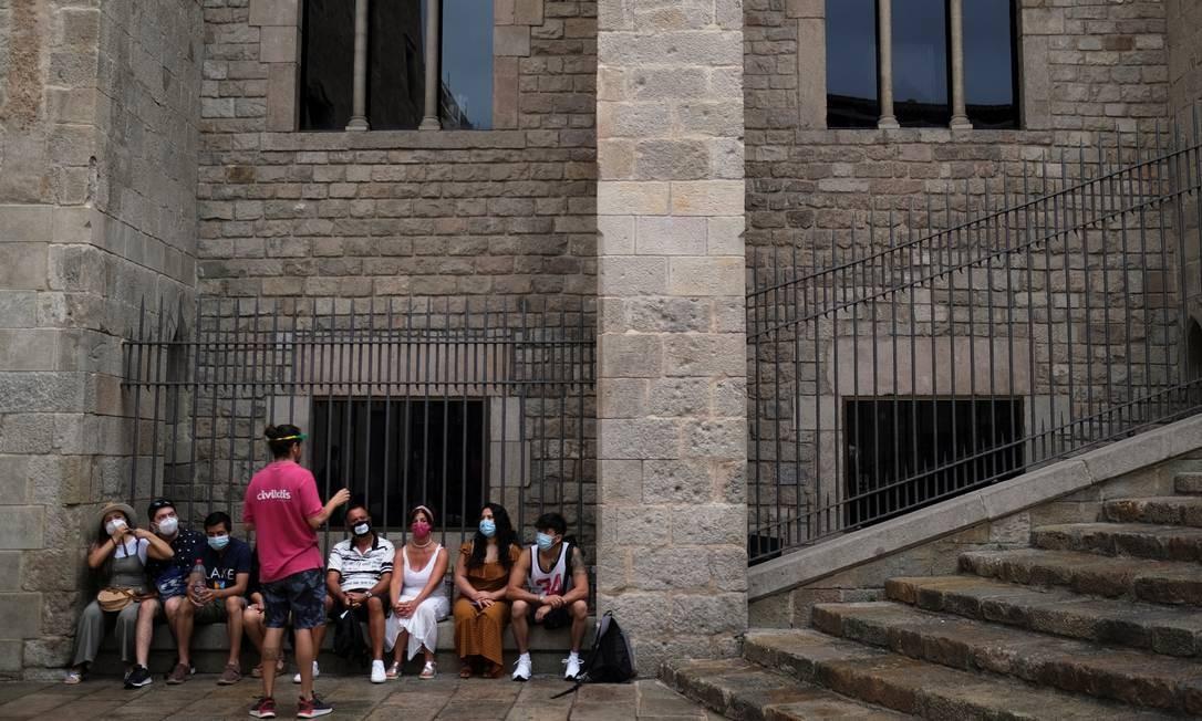 Guia conversa com turistas em Barcelona, depois que as autoridades regionais da Catalunha anunciaram restrições para conter uma nova propagação do coronavírus Foto: NACHO DOCE / REUTERS