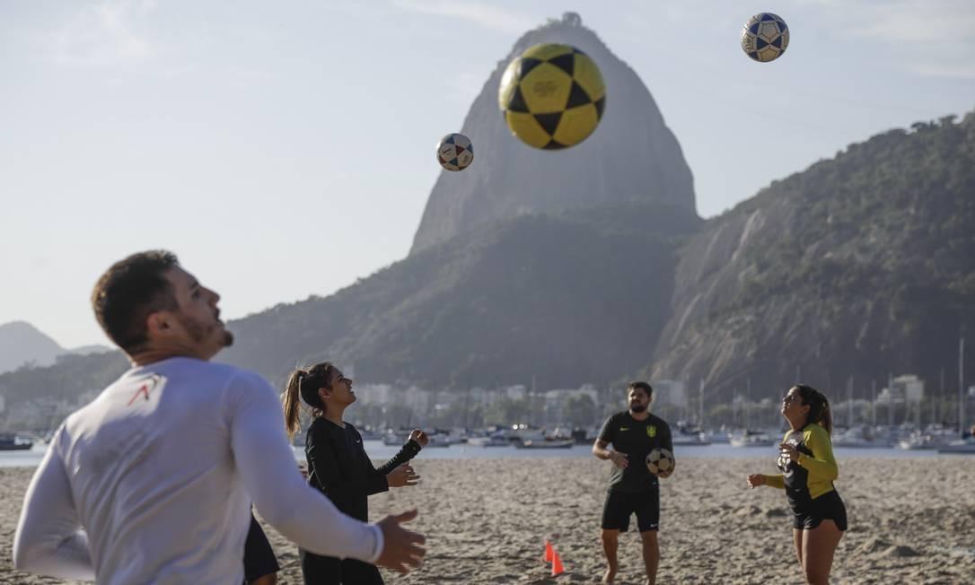 Patrimônio carioca, o fuetevôlei está de volta às areias, com a fase 4, da flexibilização no Rio de Janeiro Foto: Gabriel de Paiva / Agência O Globo