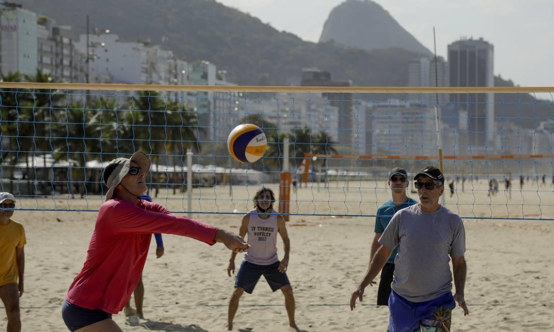 As tradicionais peladas de vôlei estão de volta às areias de Copacabana, na Zona Sul do Rio Foto: Gabriel de Paiva / Agência O Globo