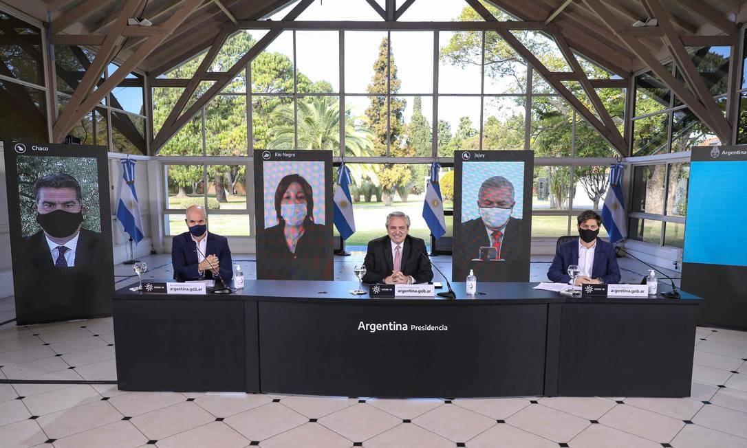 O presidente Alberto Fernandez (ao centro), em conferência virtual em Buenos Foto: ESTEBAN COLLAZO / AFP