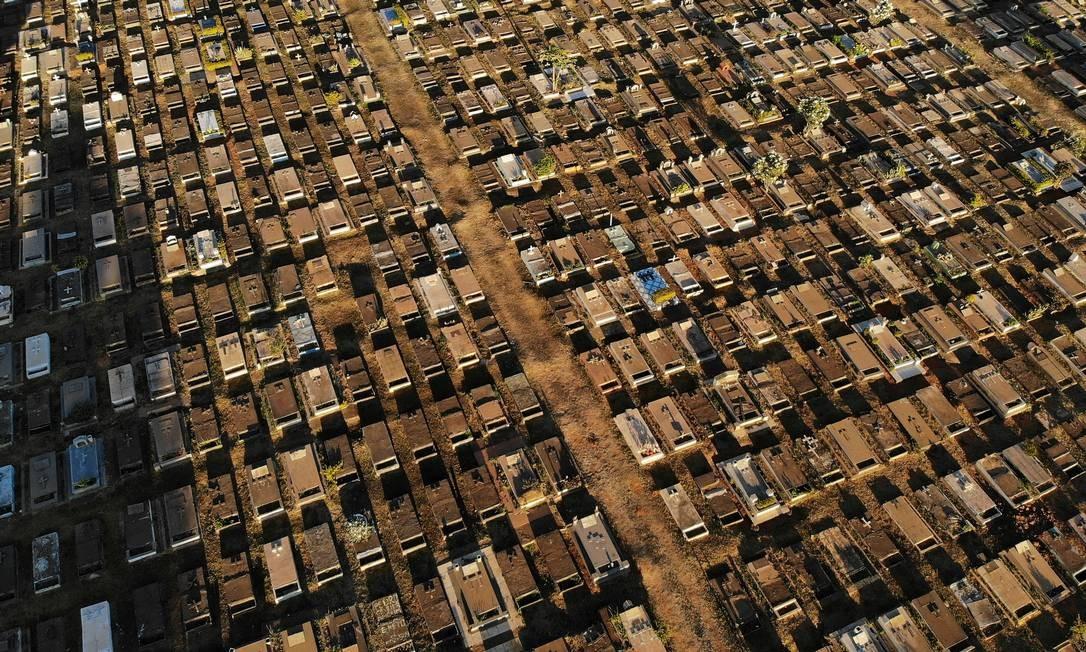 Visão aérea do Cemitério de Taguatinga, em Brasília. Foto: UESLEI MARCELINO / REUTERS