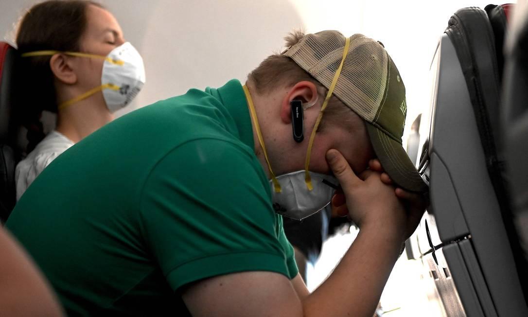 Passageiros num voo da American Airlines para Dallas, no Texas Foto: ANDREW CABALLERO-REYNOLDS / AFP