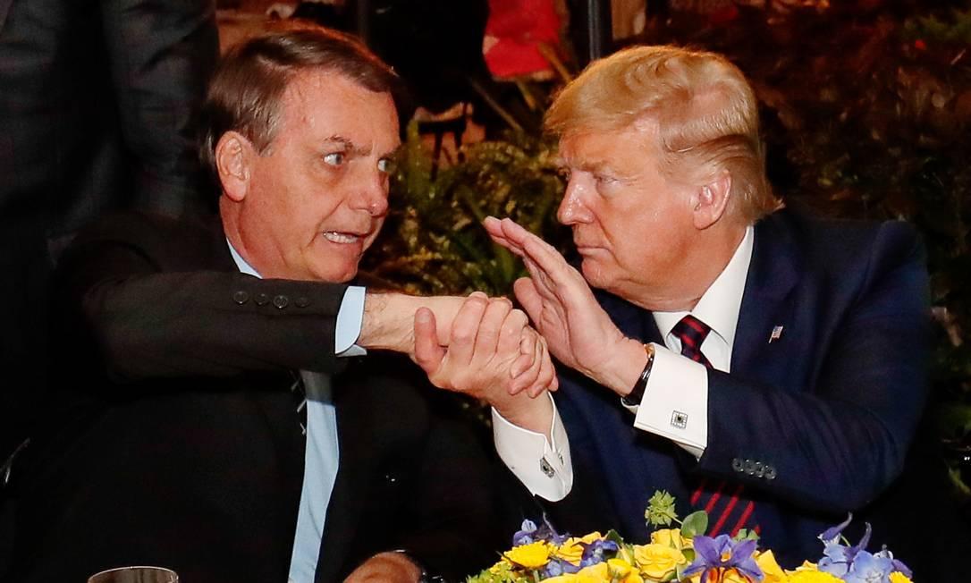 Jair Bolsonaro cumprimenta o presidente dos Estados Unidos, Donald Trump, durante jantar na Flórida, em março Foto: Alan Santos / Agência O Globo