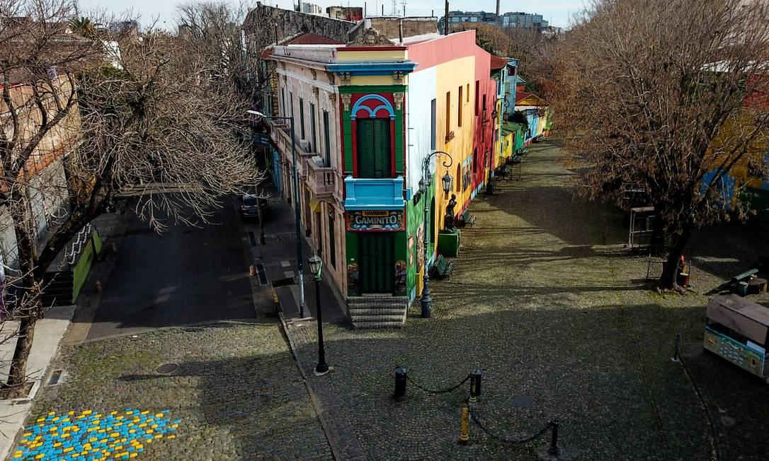 Vista aérea do Caminito vazio, um dos principais pontos turísticos de Buenos Aires e símbolo da crise do novo coronavírus no bairro de La Boca Foto: RONALDO SCHEMIDT / AFP