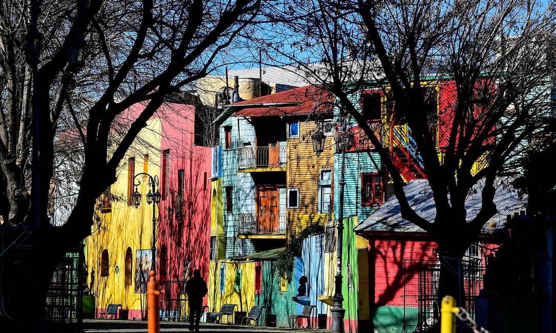 As casas coloridas do Caminito, uma das ruas mais visitadas de Buenos Aires, que tem estado deserta desde o começo da pandemia Foto: RONALDO SCHEMIDT / AFP