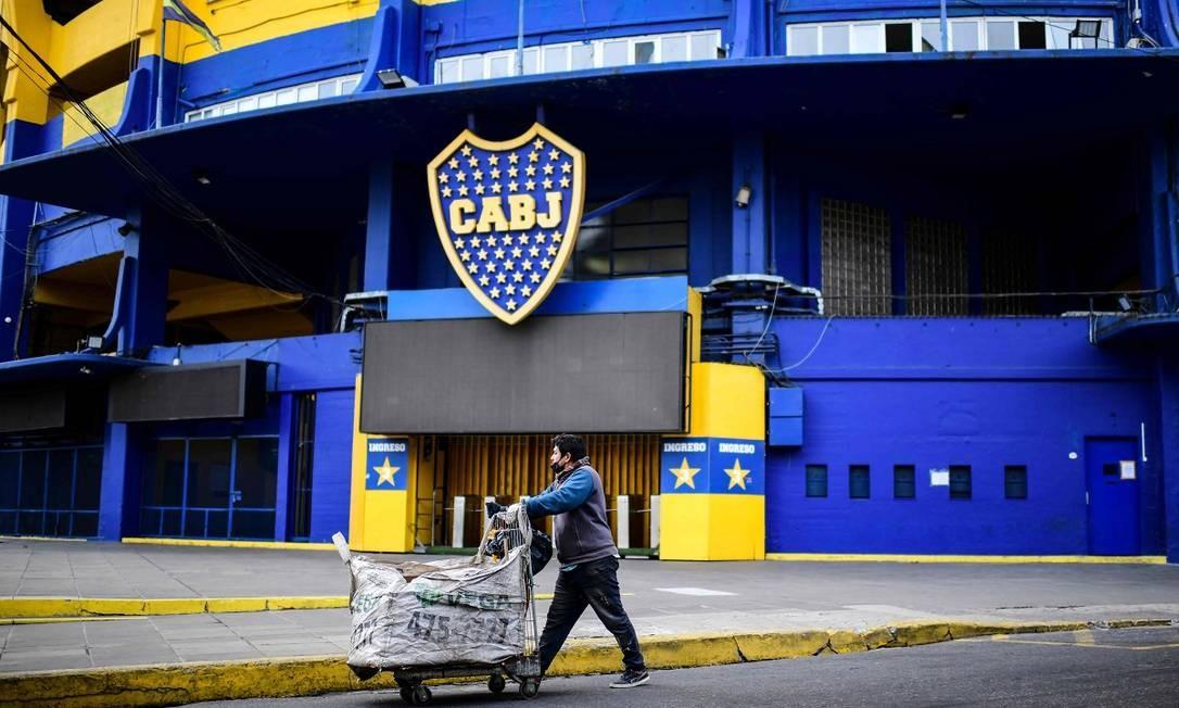 Um catador de material reciclável passa em frente ao estádio La Bombonera, casa do Boca Juniors Foto: RONALDO SCHEMIDT / AFP