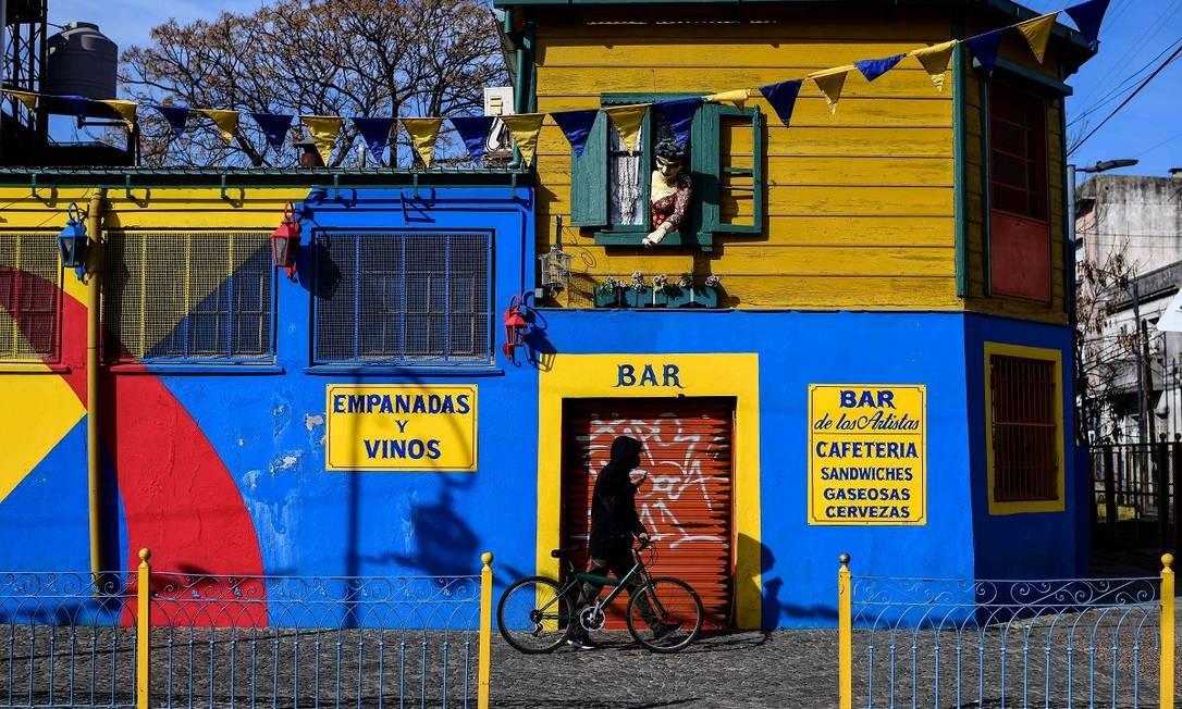 Um bar com as portas fechadas durante a crise do coronavírus em La Boca, tradicional bairro de Buenos Aires que sofre com a ausência de turistas Foto: RONALDO SCHEMIDT / AFP