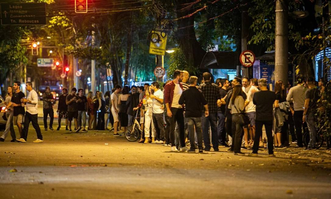 Na Rua Dias Ferreira, no Leblon, grupos de amigos, sem máscara, ocupam a via 17.07.2020 Foto: Agência O Globo