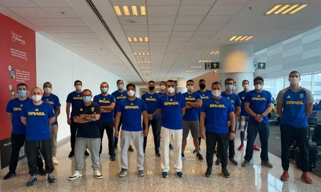 A primeira parte da equipe de natação viajou nesta sexta-feira Foto: Divulgação/COB