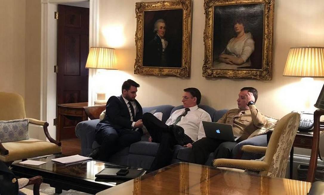 O assessor especial Filipe Martins e o presidente Jair Bolsonaro: auxiliar considera que governo permitiu perda de força do discurso ideológico Foto: Divulgação