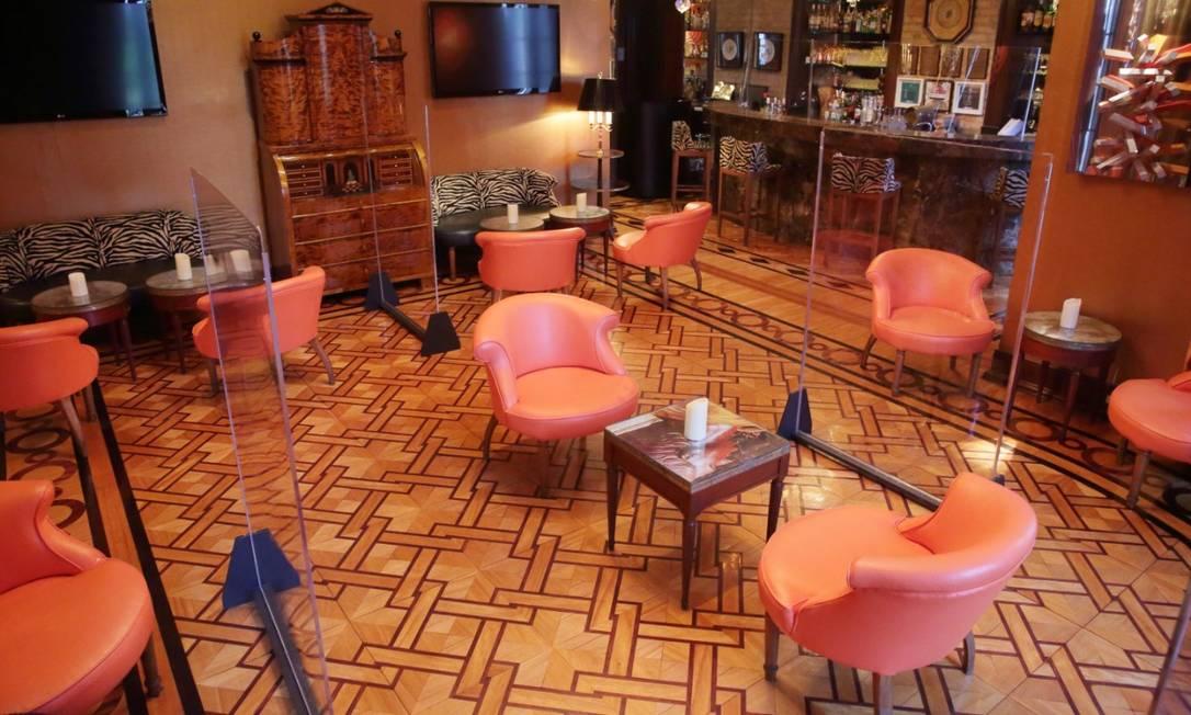 Cuidado redobrado. Na Casa Julieta de Serpa, biombos de acrílico foram feitos sob medida para separar as mesas Foto: Jose Renato Antunes / Divulgação