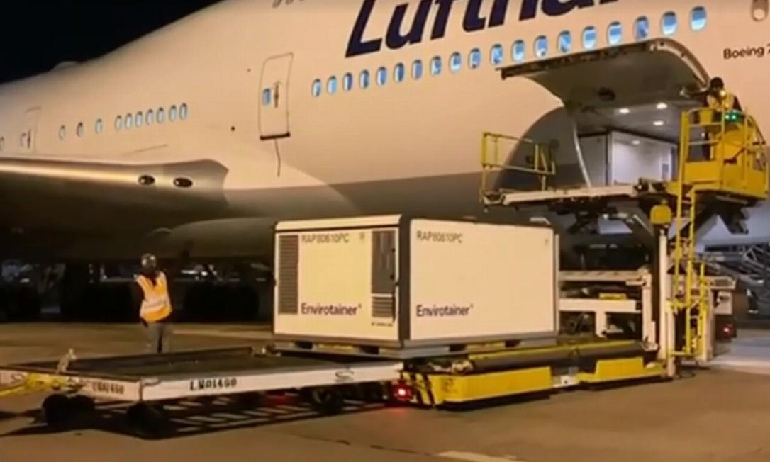 Vacina foi trazida em voo que partiu de Frankfurt, na Alemanha, e chegou em Guarulhos (SP) nesta segunda-feira (20) Foto: Reprodução / TV Globo