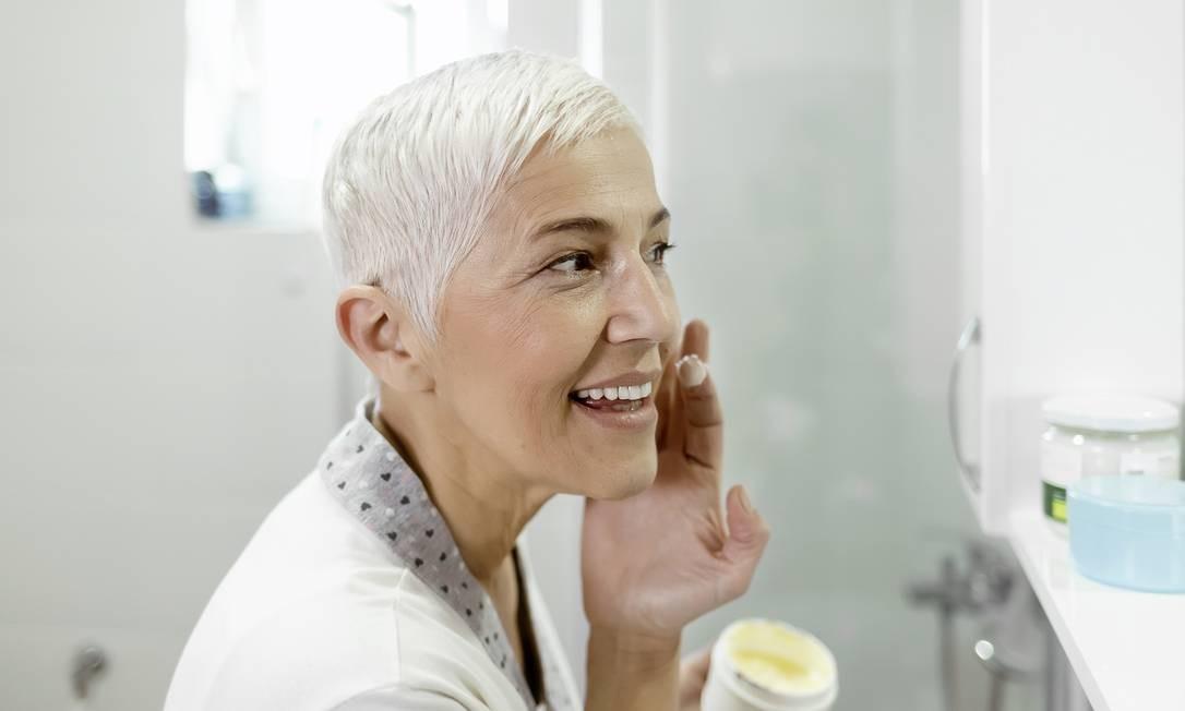 Esfoliação pode melhorar rugas, manchas e cicatrizes Foto: PixelsEffect / Getty Images