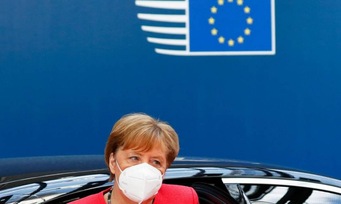Chanceler alemã, Angela Merkel, chega para quarto dia de reuniões da cúpula europeia em Buzelas Foto: FRANCOIS LENOIR / AFP