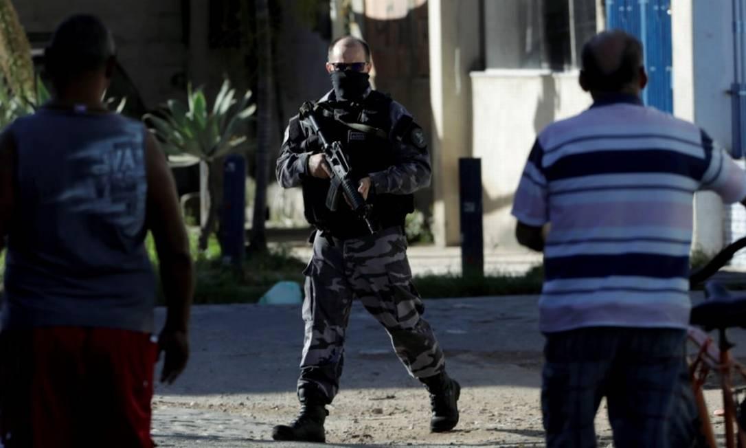 Armamento pesado. Policial faz patrulhamento no Parque União, no Complexo da Maré, após tiroteio ter fechado a Avenida Brasil em meados de junho Foto: Gabriel de Paiva/17-06-2020 / Agência O Globo
