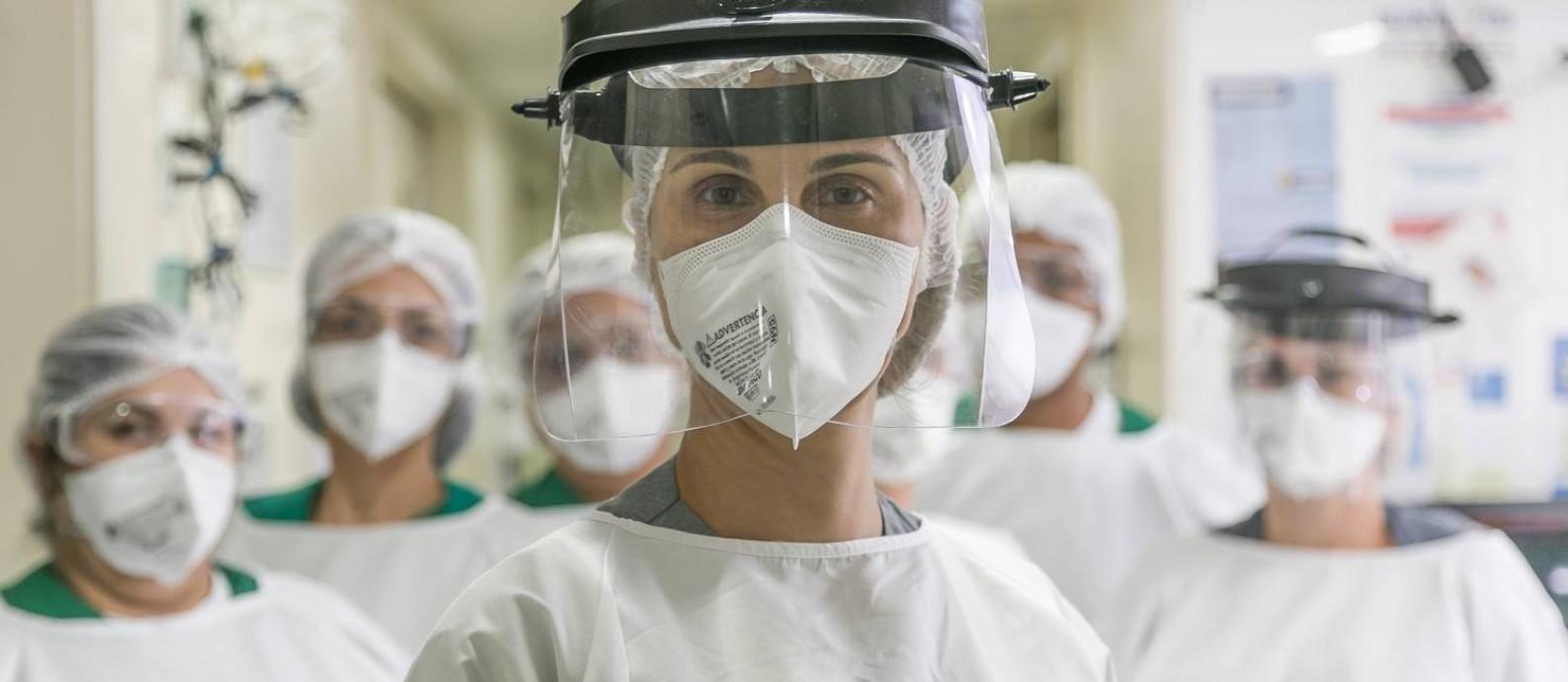 Fisioterapeuta do hospital de campanha Lagoa-Barra, Bárbara Vilaça e colegas se motivam com alegria dos recuperados Foto: Marco Sobral / G.LAB