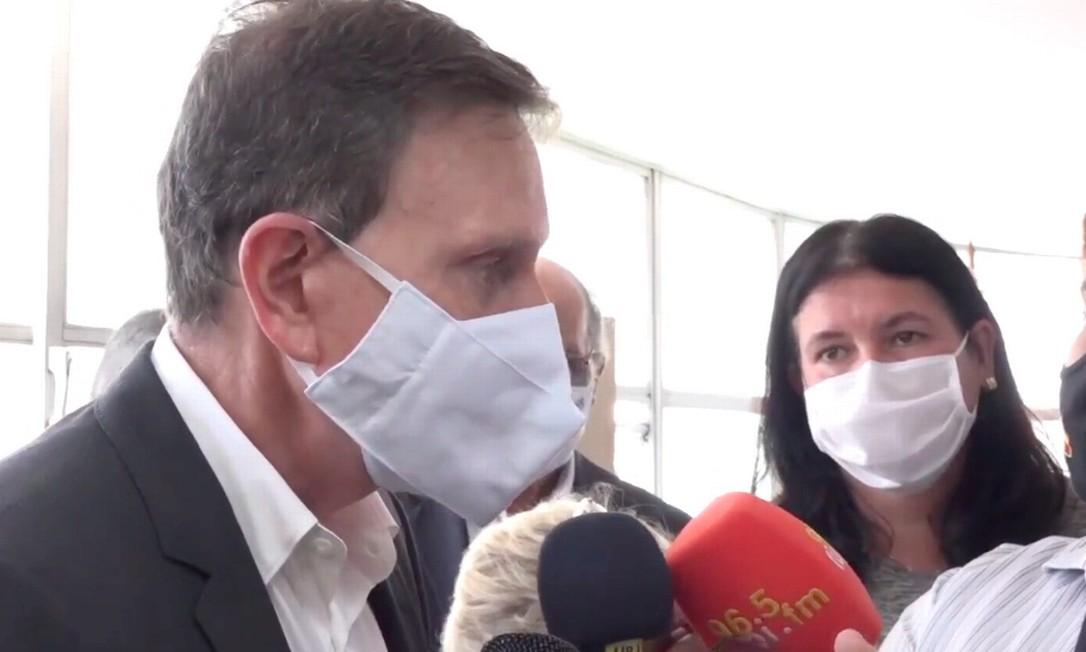 Crivella durante entrega de aparelhos médicos em hospital do Irajá, nesta segunda-feira Foto: Prefeitura do Rio / Divulgação