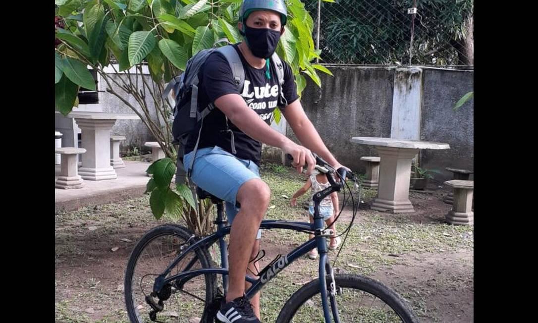 Arthur Cabral leva, de bicicleta, tarefas escolares na casa de alunos que não têm acesso à internet Foto: Arquivo pessoal