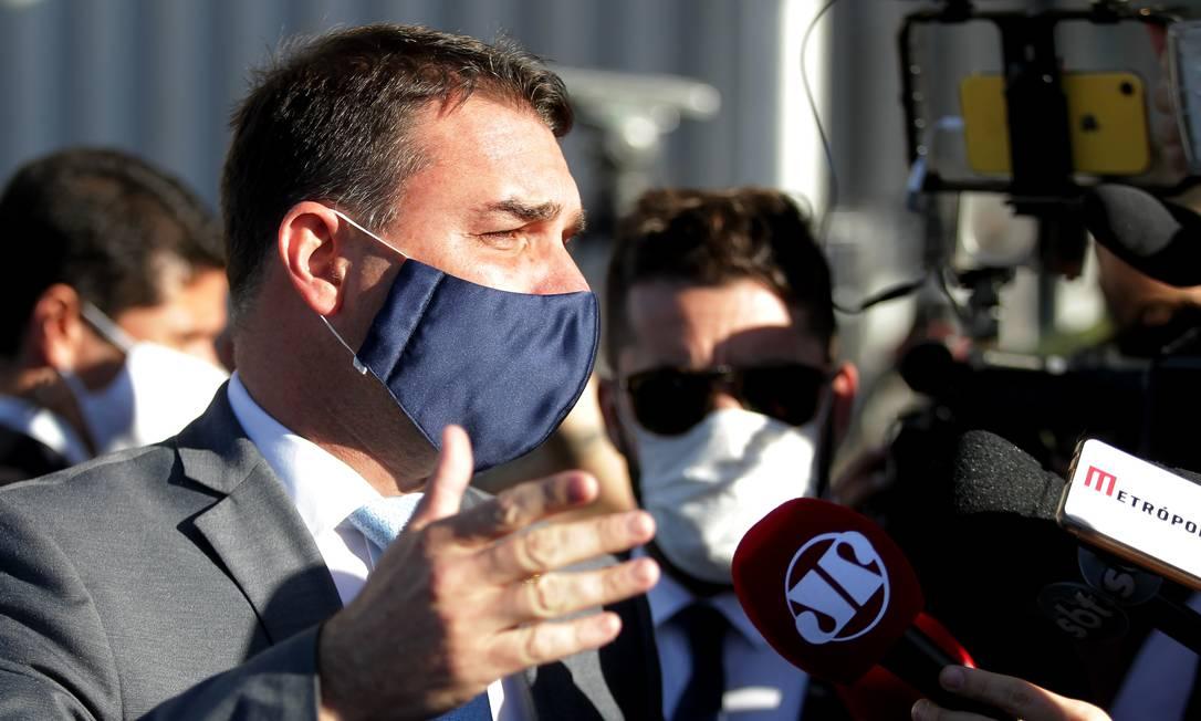 O senador Flávio Bolsonaro ao deixar seu gabinete após prestar depoimento Foto: Jorge William / Agência O Globo