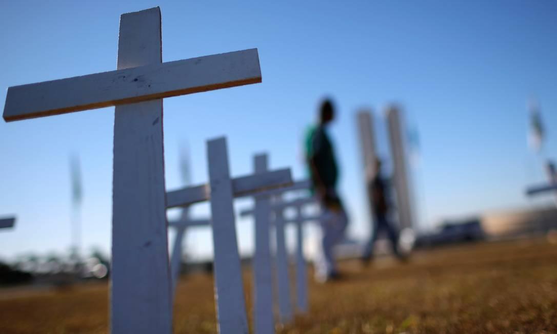 Cruzes foram colocadas no jardim do Congresso Nacional simbolizando as vítimas da Covid-19. Foto: ADRIANO MACHADO / REUTERS