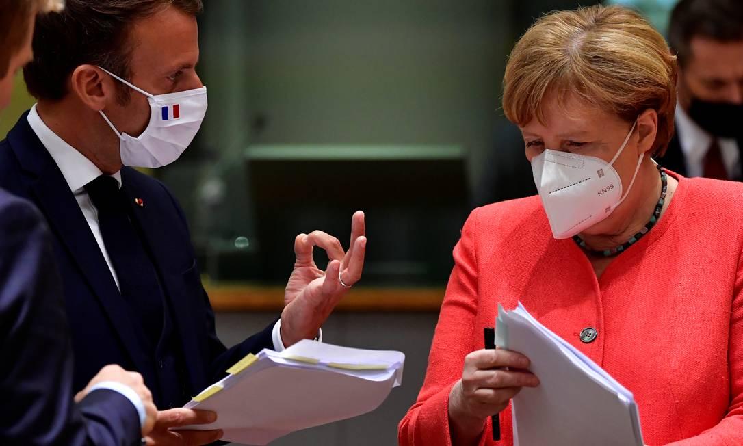 Macron e Merkel, que impulsionaram o fundo ao chegarem a um acordo dois meses atrás Foto: POOL / REUTERS