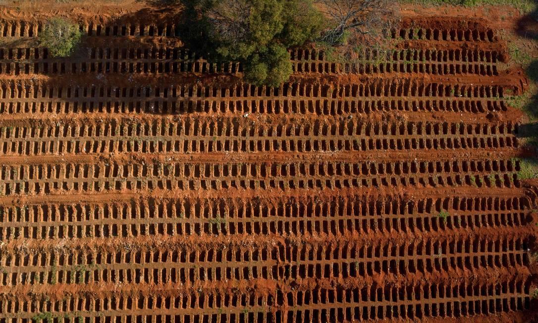 Vista aérea do cemitério Vila Formosa, em São Paulo (SP), na última segunda-feira (20), quando o Brasil chegou à marca de 80 mil óbitos pela Covid-19 Foto: FERNANDO MARRON / AFP