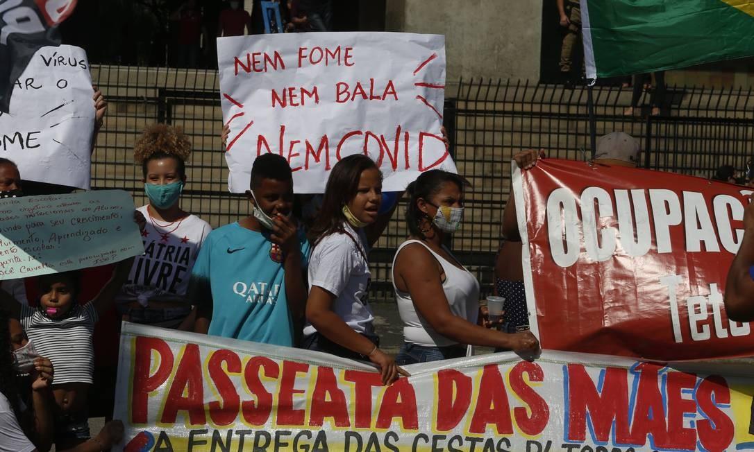 """""""Nem fome, nem bala, nem Covid"""", protestam mães de alunos da rede municipal, em frente à Prefeitura, na Cidade Nova Foto: Fabiano Rocha / Agência O Globo"""