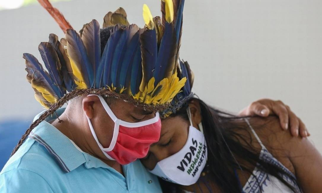 Indígenas do Parque das Tribos, em Manaus, choram a morte do cacique Messias, da tribo Kokama Foto: MICHAEL DANTAS/AFP