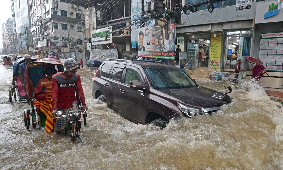 Durante as monções de verão, o clima fica excessivamente úmido devido aos ventos que sopram do Oceano Índico para o continente e encontra uma barreira natural, a cordilheira do Himalaia, mas alterações climáticas podem estar relacionadas à intensidade do fenômeno, alertam especialistas Foto: MUNIR UZ ZAMAN / AFP