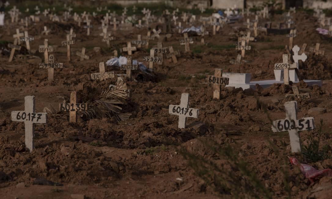 Covas rasas no cemitério do Caju, Zona Norte do Rio Foto: Gabriel Monteiro / Agência O Globo