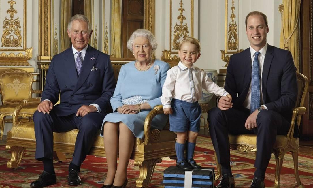 Encontro da rainha e dos futuros reis em foto comemorativa pelos 90 anos da monarca, em 2016 Foto: Ranald Mackechnie / AP