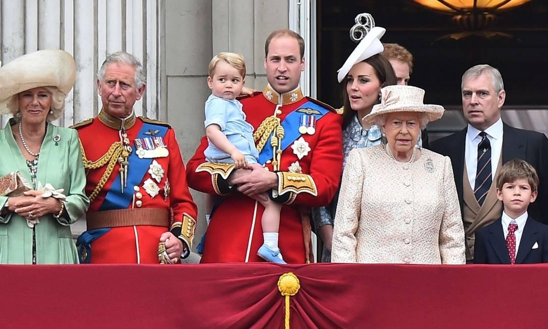 Ainda um bebê de colo, no Trooping the Colour, em 2015. A festa marca o aniversário da rainha, e toda a família vai para a sacada do palácio de Buckingham assistir a espetáculos militares Foto: BEN STANSALL / AFP