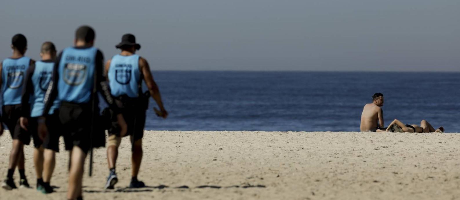 Não é permitida permanência nas areias para banho de sol; Na foto, fiscalização da Guarda Municipal na praia Foto: Gabriel de Paiva / Agência O Globo