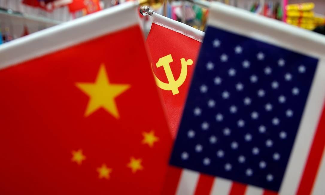 Bandeiras da China, EUA e Partido Comunista Chinês são exibidas em um mercado atacadista na província de Zhejiang Foto: Aly Song / REUTERS/10-05-2019